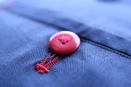 イズントのオーダースーツ、ボタンホールの色変える