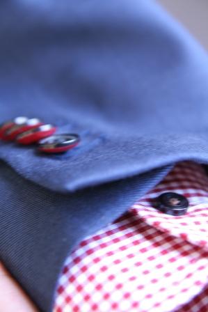 イズントのフルオーダースーツ、ボタンの裏が赤い